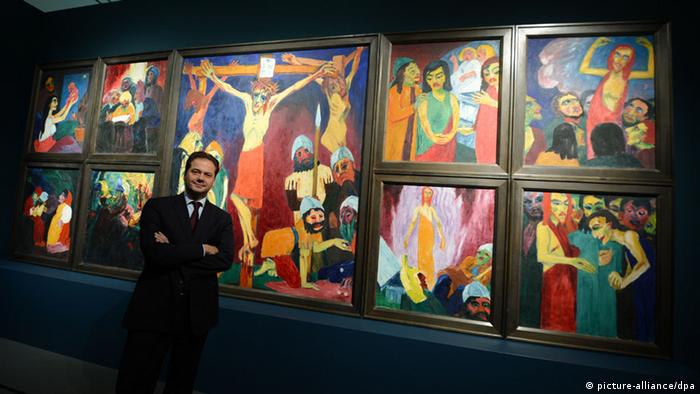 Max Hollein standing in front of a cycle of religious paintings by Emil Nolde (picture-alliance/dpa)