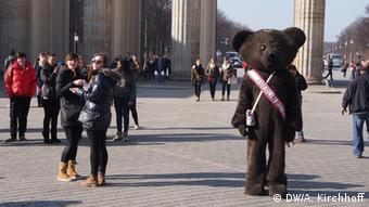 Berlin bear posting at Brandenburg Gate, Copyright: DW/A. Kirchhoff