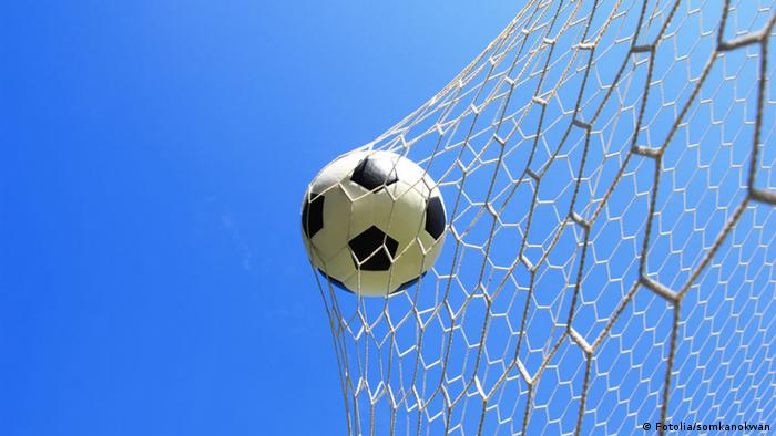 Symbolbild Fußball Tor Netz