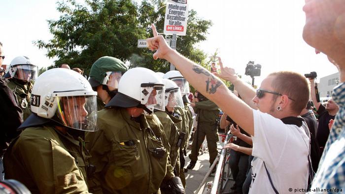 NPD-Protest gegen Asylbewerberheim in Berlin-Hellersdorf (Foto: picture alliance/dpa)