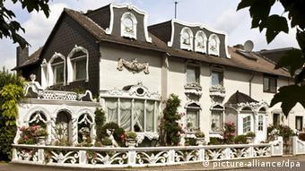 Großes Weißes Haus mit vielen ornamentalen verierungen im Stil des Gelsenkirchener Barock