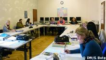 berufsbezogener Sprachkurs Vesbe e.V. - Hayna Ostertag (ganz links) und Carmen Herrera de Kast (ganz rechts) in ihrer Klasse Copyright DW/ Sandra Butz März 2014, Bonn.