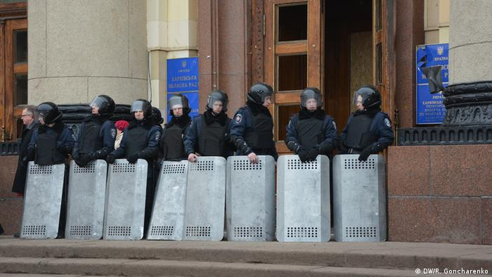 Ukraine police in front of Kharkiv's administrative building (photo: DW/R.Goncharenko)