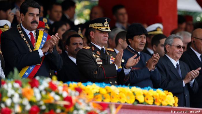 Desfile militar en honor del difunto Hugo Chávez, con los líderes del eje bolivariano.