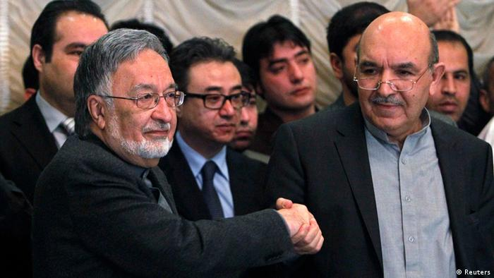 Afghan presidential candidate Qayum Karzai (R) shakes hand with fellow presidential candidate Zalmai Rassoul during a news conference in Kabul March 6, 2014. (Photo: REUTERS/Omar Sobhani)