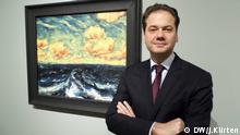 Museumsdirektor Max Hollein vor einem Nolde-Gemälde