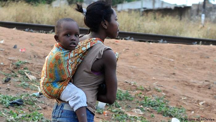 Afrika Symbolbild junge Frau mit Kind Maputo Mosambik