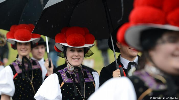 Pakaian tradisional Jerman melambangkan Black Forest Cake