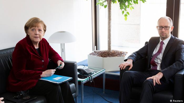 Der ukrainische Ministerpräsident Arseni Jazenjuk und Bundeskanzlerin Angela Merkel beim EU-Gipfel am 6. März 2014 (Foto: Reuters/Stringer)