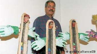 In a photo from 1995, Ben Patterson stands with his art, created from bread, called 'The People have no Bread' Photo: picture-alliance/ZB