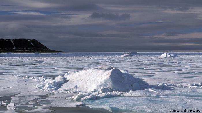 Packeis vor der Küste der russischen Bolschewik Insel (Sibirien). (Foto:Hinrich/dpa).