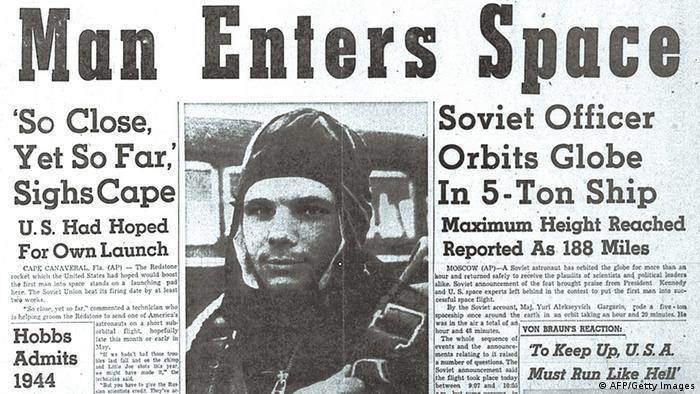 گاگارین بهرغم شرایط دوران جنگ سرد به دلیل عملکردش از طرف غرب نیز ستایش شد. همزمان اخبار رسیده از آمریکا حکایت از آن داشت که ایالات متحده نیز در تلاش برای اعزام فضانورد به فضاست. در تصویر مقالهای به قلم ورنهر فن براون، طراح آمریکایی آلمانیتبار موشک، در مجله آمریکایی Huntsville Times دیده میشود. نویسنده در این مقاله هشدار داده، آمریکا باید بسیار تلاش کند تا در زمینه فضانوردی از شوروی عقب نماند.