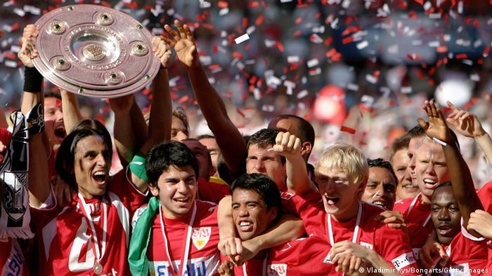 Mario Gómez abraza a Pavel Pardo mientras sus compañeros celebran con el trofeo como campeones de la Bundesliga en el 2007. En Stuttgart han cambiado muchas cosas desde entonces, no todas para bien.
