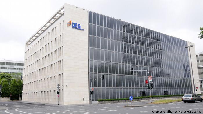 Logo und Bürogebäude der DEG