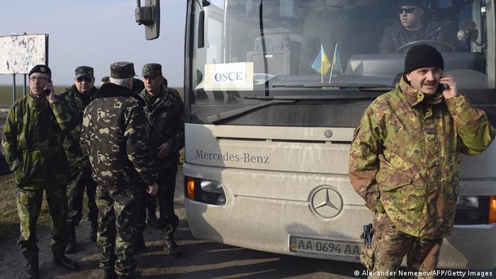 OSZE-Militärbeobachter warten am Chongar-Checkpoint - der Zugang zur Krim wird ihnen bislang verwehrt (Foto: ALEXANDER NEMENOV/AFP/Getty Images)