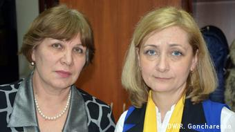 A brown-haired woman and a blond woman stand next to each other (Foto: Roman Goncharenko/DW)