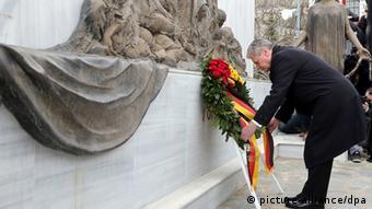 Ο Γκάουκ καταθέτει το Μάρτιο του 2014 στεφάνι στους Λιγκιάδες, στο μνημείο για τους 70 αμάχους που εκτελέστηκαν από τους ναζί
