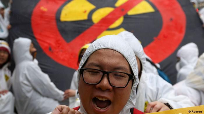 Demonstrant vor einem Anti-Atomkraft-Zeichen (Foto: rtr)