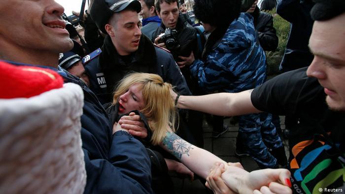 Eine Femen-Aktivistin wird von Sicherheitskräften festgehalten (Foto: Reuters/David Mdzinarishvili )