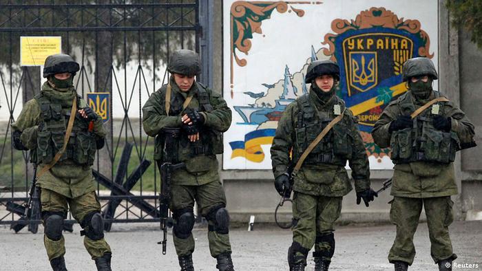 Зелені чоловічки у військовій формі без розпізнавальних знаків у Сімферополі