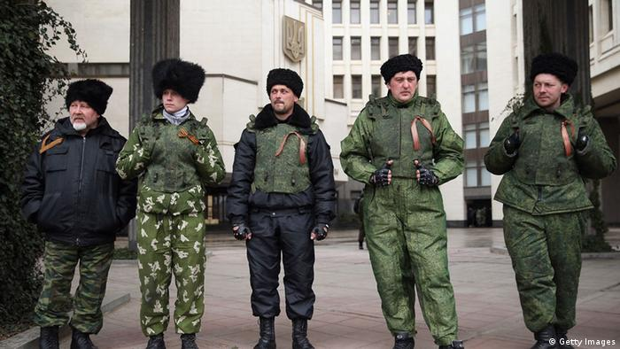 Kosaken vor dem Parlament in der Krim-Hauptstadt Simferopol (Foto: Sean Gallup/Getty Images)