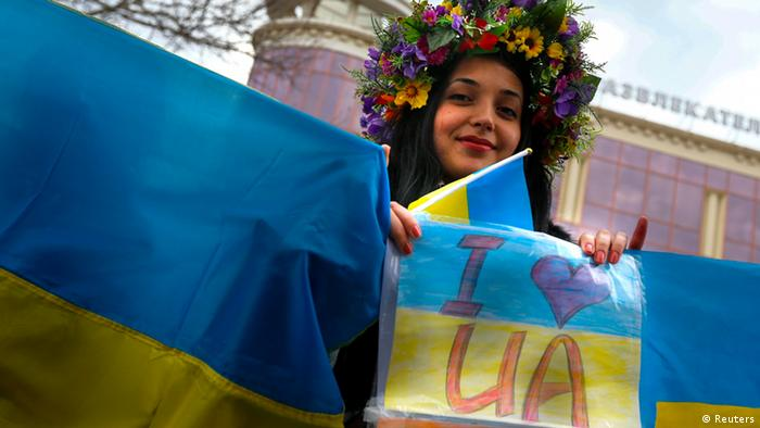 Eine pro-ukrainische Demonstrantin mit Blumenkranz in Simferopol (Foto: Reuters/Thomas Peter)