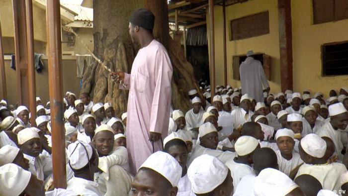 A cana ainda é um objeto comum em muitas salas de aula - como nesta escola, no nordeste da Nigéria