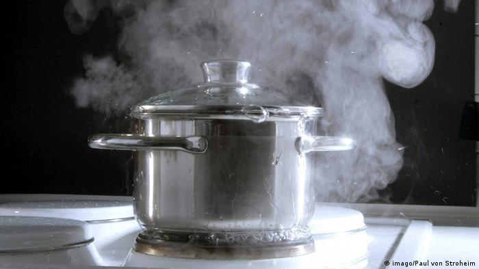 Pot of water boiling on stove (imago/Paul von Stroheim)