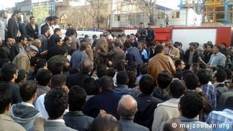 تجمع بستگان و خانواده شماری از دراویش زندانی مقابل دادستانی تهران