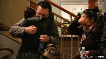 بسیاری از خویشاوندان مسافران بوئینگ ۷۷۷ همچنان در فرودگاه پکن در انتظار شنیدن خبری در مورد این هواپیمای ناپدید شده هستند