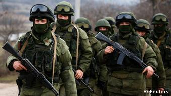 Зеленые человечки в Крыму. Штайнмайер по-прежнему считат полуостров аннексированным Россией.