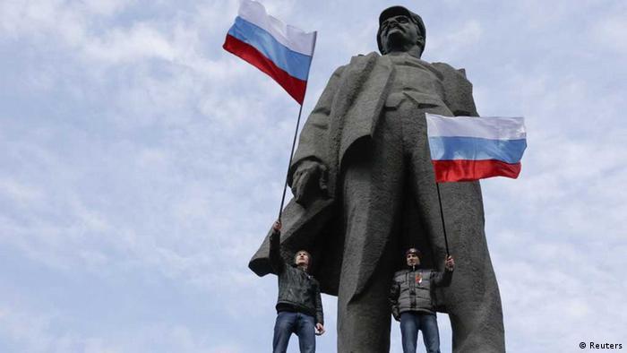 Prorussische Aktivisten stehen an der Statue Lenins in Donezk (Foto: Reuters)