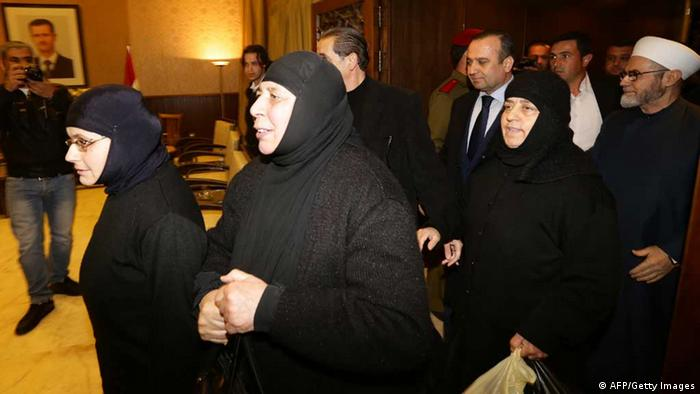 Kidnapped nuns arrive at Jdeidet Yabus on the Syrian.