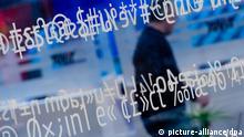 Formeln sind am 09.03.2014 auf dem Messegelände der CeBIT in Hannover (Niedersachsen) auf einer Glasscheibe zu sehen. Großbritannien ist das Partnerland der diesjährigen CeBIT, die bis zum 14.03.2014 dauert. Foto: Peter Steffen/dpa +++(c) dpa - Bildfunk+++