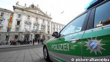 Ein Polizeiauto steht am 10.03.2014 in München (Bayern) vor dem Justizpalast. Hier beginnt der Prozess gegen den FC-Bayern-Präsident Hoeneß, der im großen Stil Steuern hinterzogen haben soll. Foto: Tobias Hase/dpa pixel