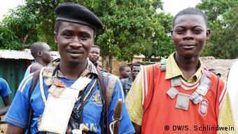 Zentralafrika Anti Balaka mit Fetisch (DW/S. Schlindwein)