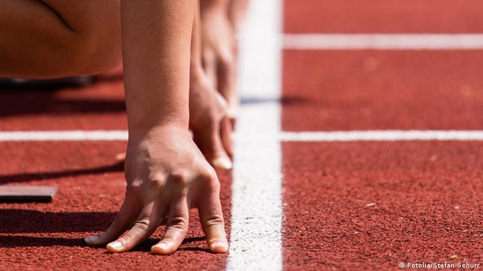 Спортсмены перед забегом на спринтерскую дистанцию