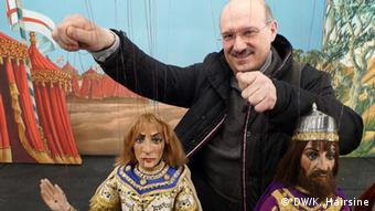 Puppeteer Piero Corbella holds two marionettes (Photo: Kate Hairsine / DW)
