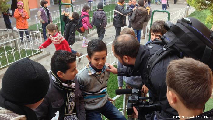 Yalla Nehna video journalist with Syrian refugee children in Gaziantep, Turkey (photo: DW Akademie/Olaf Klein).