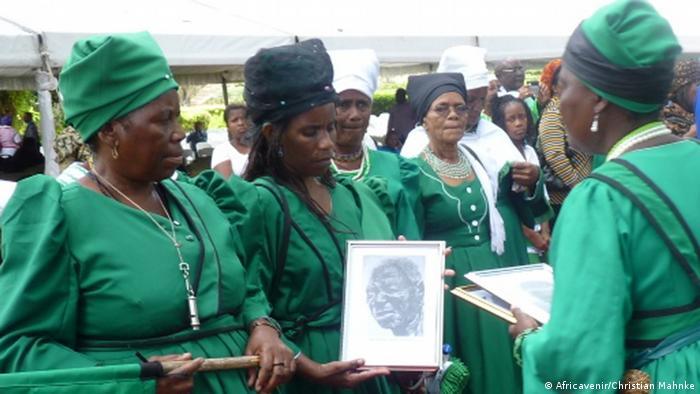 Cerimônia de devolução de restos mortais à Namíbia, em 2014
