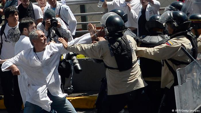 Venezuelan health workers clash with police in Caracas (AFP/Getty Images)