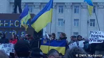 People with Ukrainian flags demonstrate (Foto: Alexander Warkentin/DW)