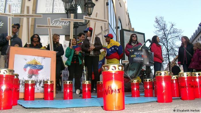 Venezolanos y sus amigos muestran solidaridad con las víctimas de las protestas contra Maduro en varias ciudades alemanas, aquí en Nürnberg.
