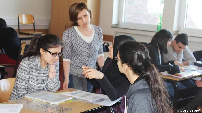 Schüler und Lehrerin im Türkischunterricht am Ricarda-Huch-Gymnasium Gelsenkirchen (Foto: DW/Groß)