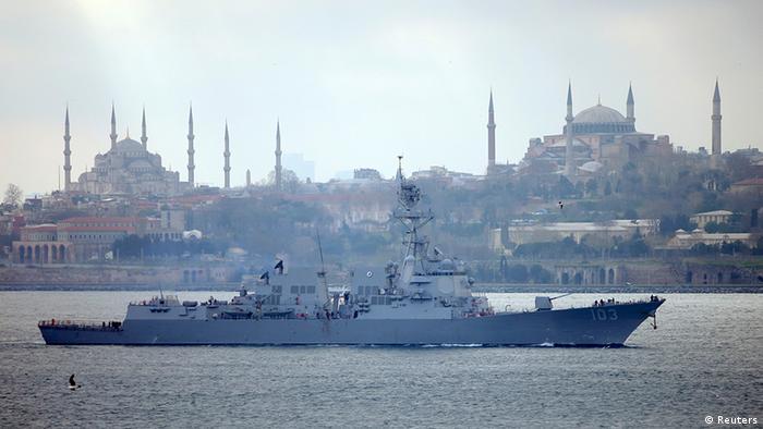 Американский военный корабль на фоне Стамбула (фото из архива)