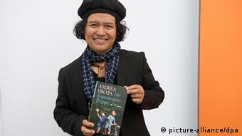 Andrea Hirata mit Buch Die Regenbogen-Truppe (Foto: Marc Tirl)