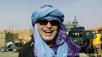 Joachim Kühn trägt einen blauen Turban und lächelt in die Kamera (Foto: ACT / Christoph Hübner)
