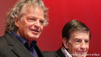 Joachim und Rolf Kühn stehen auf einer Bühne(Foto: Stephanie Pilick/dpa)