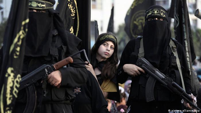 Palestinian female militants with weapons (Photo: EPA/MOHAMMED SABER)