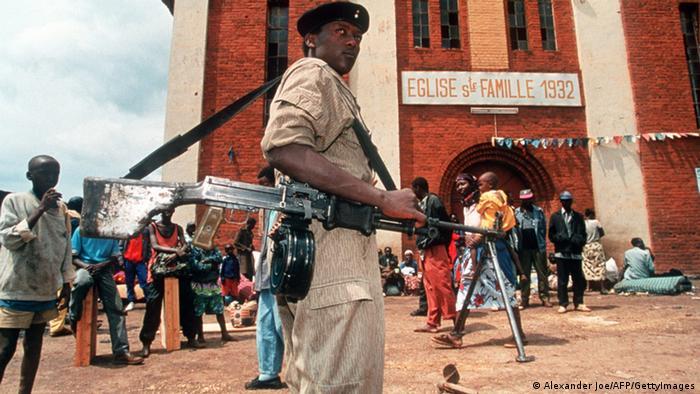 Nach der Eroberung der Stadt Kigali bezieht am 4. Juli 1994 ein Soldat der RPF-Rebellen Position vor der Kirche der Heiligen Familie.